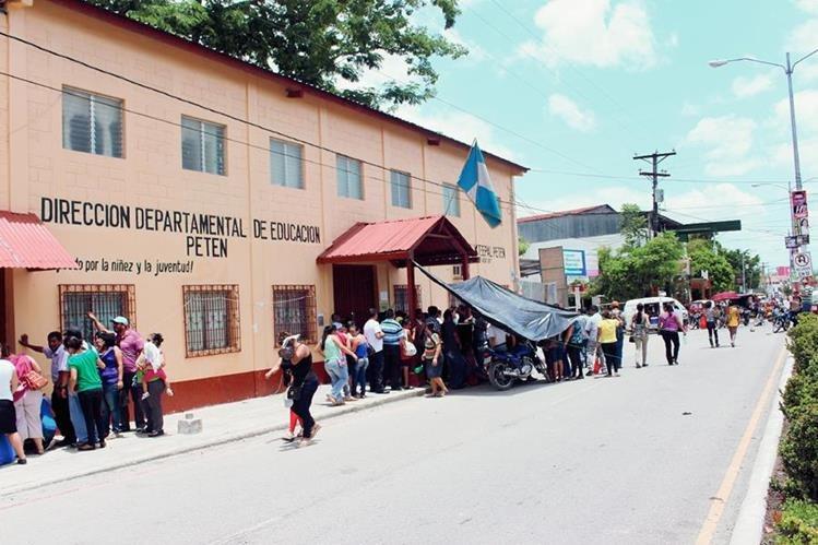 Maestros impiden   el ingreso a la Dideduc,  en Santa Elena, Flores, Petén. (Foto Prensa Libre: Rigoberto Escobar)