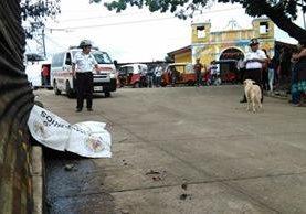 El cuerpo de William Alexander Aguilar permanece en el ingreso de Concepción Sacojito, Chinautla. (Foto Prensa Libre: Érick Ávila)