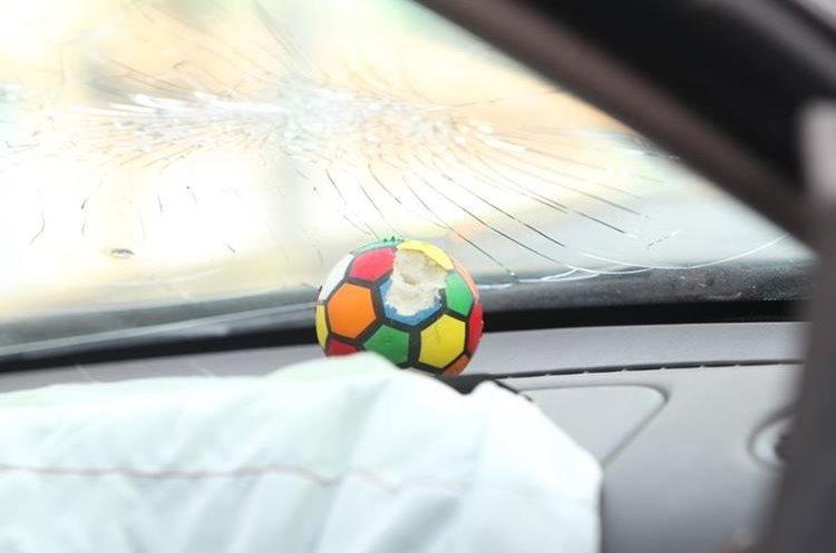 Un acompañante del piloto del automóvil murió tras el impacto. (Foto Prensa Libre: Érick Ávila)