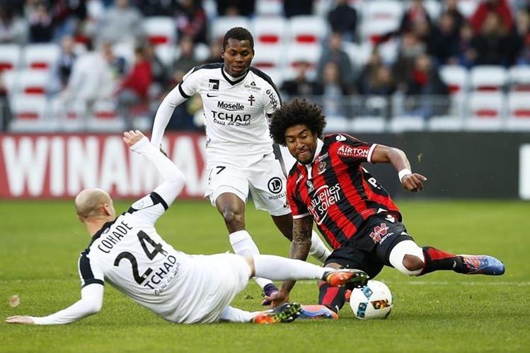 Dante, derecha, intenta ganar el balón a Renaud Cohade. (Foto Prensa Libre: AFP)
