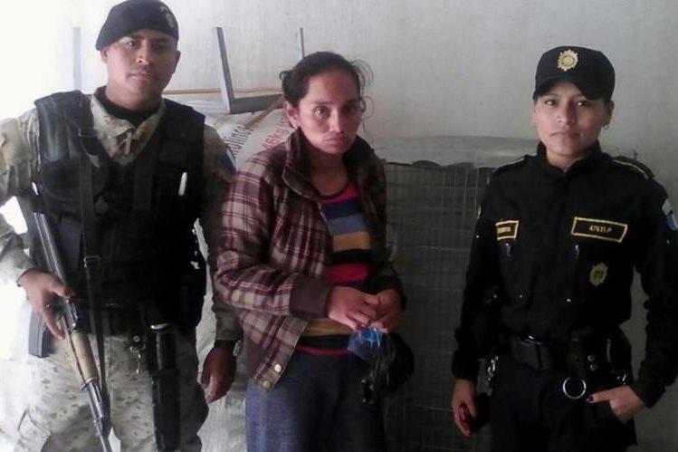 Juana Adela Rivera Chivalán, 32, fue capturada por tener en su poder a dos tecolotes en peligro de extinción. (Foto Prensa Libre: Óscar Figueroa)
