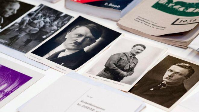 Los documentos hallados en la cápsula de tiempo nazi son exhibidos en el Museo Nacional de Szczecin en Polonia. EPA