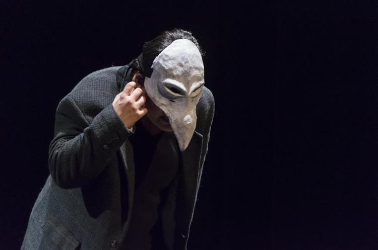 La obra estuvo caracterizada por el uso de máscaras.