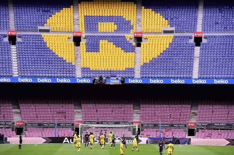 Las tribunas del estadio Camp Nou no tuvieon espectadores durante el duelo del Barsa. (Foto Prensa Libre: AFP)