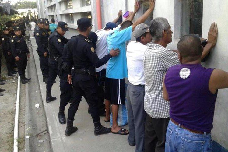 Reos son revisados por agentes de la PNC en cárcel de Puerto Barrios, Izabal. (Foto Prensa Libre: Edwin Perdomo)