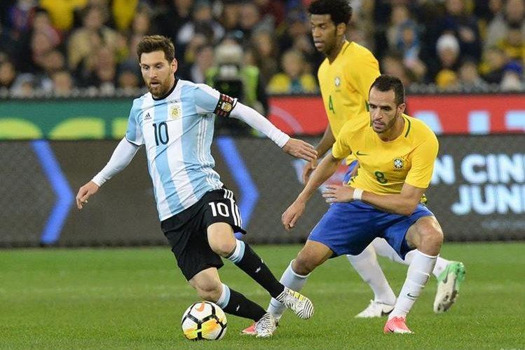 El argentino Lionel Messi, en estos momentos con su selección, podría terminar su carrera con el Barcelona. (Foto Prensa Libre: AFP)