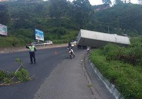 Personal de Tránsito de Villa Nueva coordina la movilización de un tráiler accidentado en el km 25 de la ruta al Pacífico. (Foto Prensa Libre: Dalia Santos)