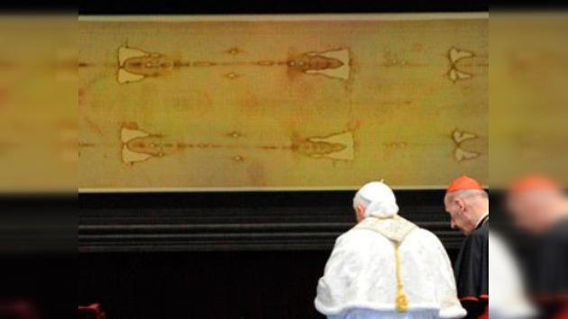 El papa emérito Benedicto XVI, observa el sudario durante una visita que hizo a Turin. (Foto Prensa Libre: Internet).
