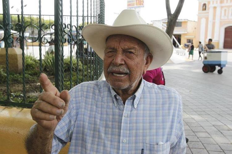 Alfredo Abril, vecino de Villa Nueva, habla respecto de la inseguridad en ese municipio. (Foto Prensa Libre: Paulo Raquec).