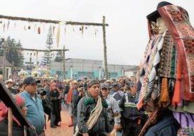 Cofrades preparan la imagen de Maximón para actividades durante la Semana Santa.