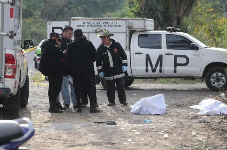 Los dos cadáveres tenían torniquetes en el cuello. (Foto Prensa Libre: Erick Ávila)
