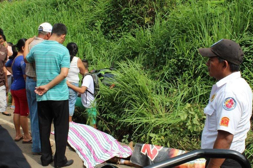 Familiares de las víctimas llegan al lugar para identificar los cuerpos, en Chiquimulilla. (Foto Prensa Libre: Oswaldo Cardona)