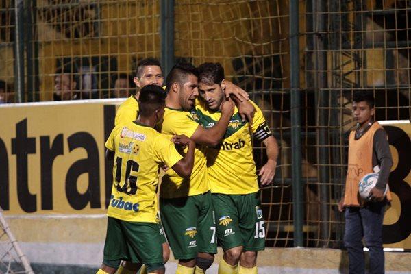 Adrián Apellaniz (15) festeja con sus compañeros el primer gol de Petapa ante Antigua GFC (Foto Prensa Libre: Jesús Cuque)