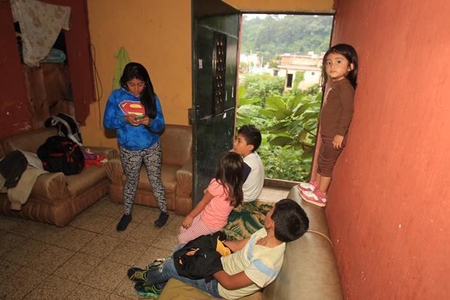 Los hijos de Hernández juegan cerca de la puerta  hacia la ladera del río y donde antes estaba el patio de la casa. (Foto Prensa Libre: Esbin García)