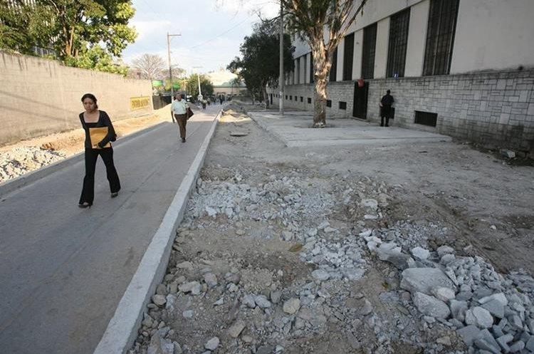 La comuna capitalina remodela banquetas en la 7ª  calle, entre 5 y 4 avenidas de la  zona 1. (Foto Prensa Libre: Esbin García)