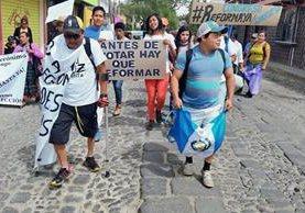 Caminantes salen de Sumpango para exigir cambios en el país. (Foto Prensa Libre: Miguel López)