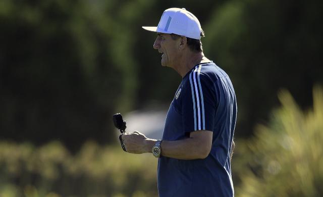 Edgardo Bauza está obligado a hacer cambios para el juego contra Bolivia. No contará con Mascherano. (Foto Prensa Libre: AFP)