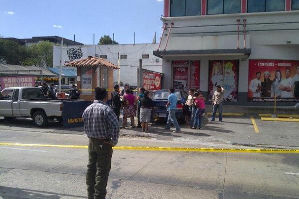 """<p>Un comerciante murió baleado luego que lo despojaron del dinero que había retirado de un banco en la zona 10. (Foto Prensa Libre: Omar Archila)<br _mce_bogus=""""1""""></p>"""