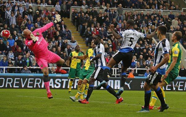 El Newcastle golea al Norwich City y abandona la zona baja de la Premier League de Inglaterra. (Foto Prensa Libre. AFP)