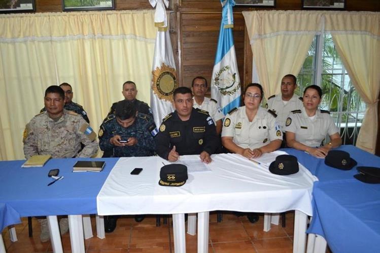 Autoridades de Izabal se reúnen para definir el plan de seguridad prenavideño. (Foto Prensa Libre: Edwin Perdomo)