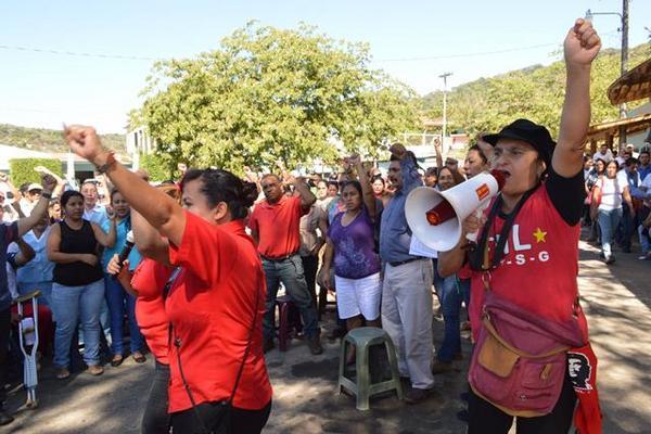 <p>Salubristas manifiestan en Cuilapa, Santa Rosa, para exigir que se cumplan sus demandas. (Foto Prensa Libre: Oswaldo Cardona)</p>