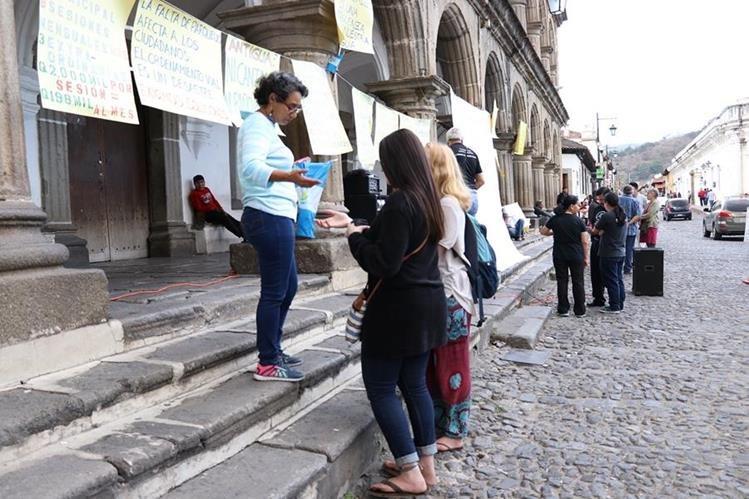 El documento para firmar está en el corredor de la comuna de la ciudad colonial. (Foto Prensa Libre: Julio Sicán).