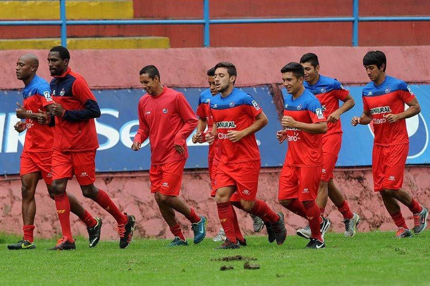 Los jugadores rojos realizaron trabajo de recuperación la mañana de este lunes en el estadio Manuel Felipe Carrera. (Foto Prensa Libre: Óscar Felipe Q.)