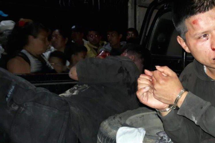 Los dos presuntos delincuentes capturados en la ciudad de Jalapa. (Foto Prensa Libre: Hugo Oliva).