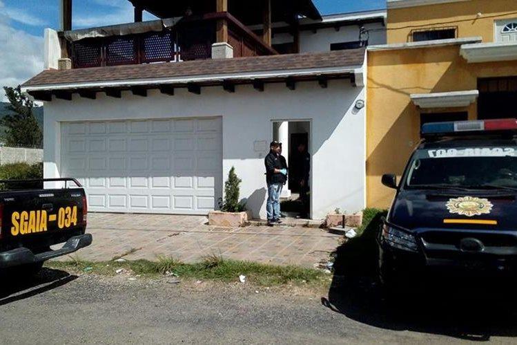 La policía localizó 144 paquetes de cocaína ocultos en un vehículo estacionado en la vivienda, en Ciudad San Cristóbal, zona 8 de Mixco. (Foto Prensa Libre: Érick Ávila)