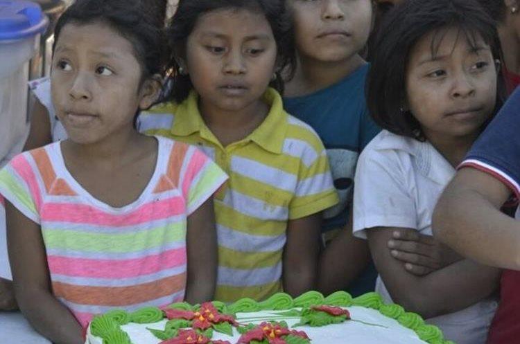 Después de participar en juegos infantiles los niños también disfrutaron de una deliciosa refacción. (Foto Prensa Libre: Mario Morales)