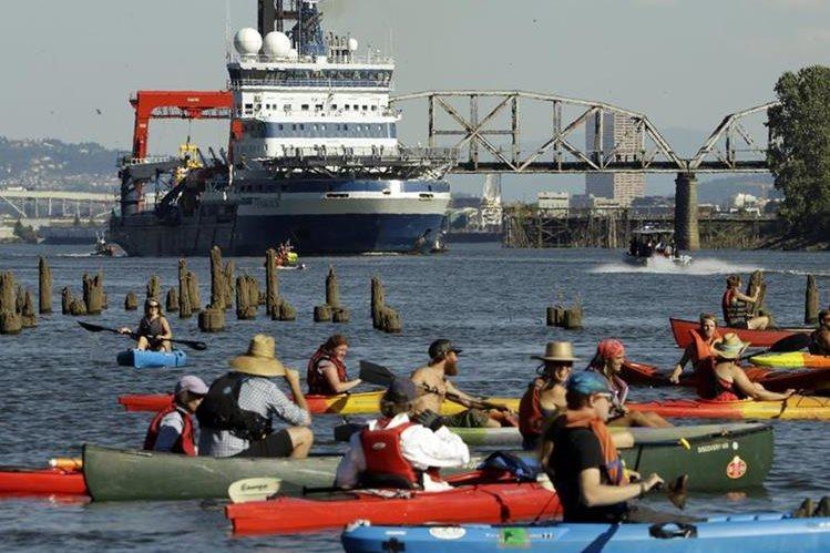 Decenas de activistas bloquearon el paso del equipo de Shell. (Foto Prensa Libre: AP)