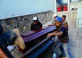 Familiares retiran  el cadáver de Maximino Cruz de la morgue de la ciudad de Jalapa. (Foto Prensa Libre: Hugo Oliva)