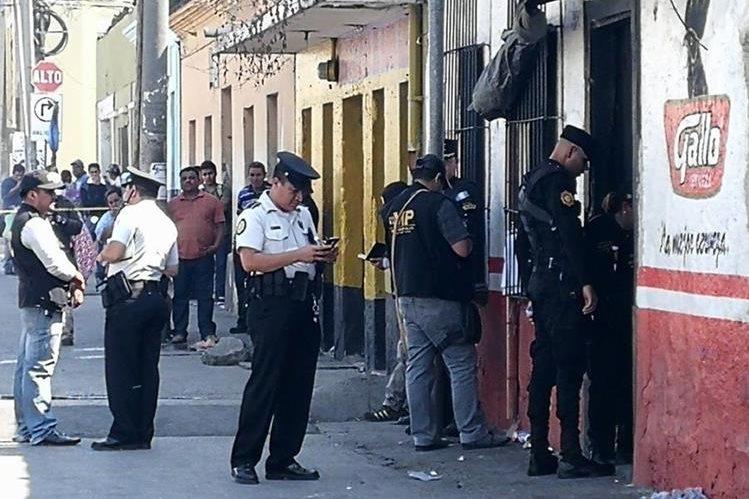 Dos hombres murieron baleados en una venta de licor de la zona 1 capitalina. (Foto Prensa Libre: Estuardo Paredes)