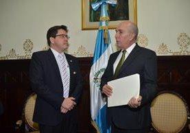 El Ministro de Finanzas, Julio Héctor Estrada, entrega al presidente del Congreso, Mario Taracena, la propuesta de reforma fiscal del Ejecutivo. (Foto Prensa Libre: Hemeroteca PL)