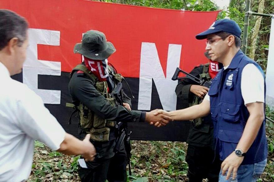 Este es el momento de la liberación por el ELN de Nelson Alarcón en una zona rural de Saravena, Arauca, Colombia. (Foto Prensa Libre: AFP).