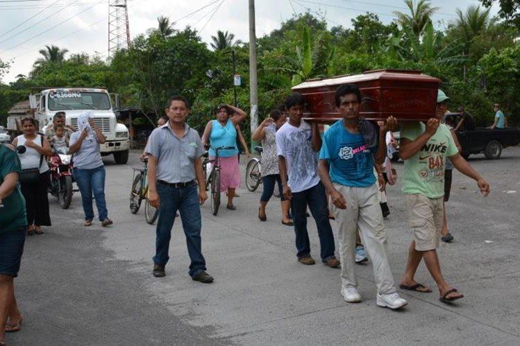 Familiares y amigos participaron en el sepelio de la mujer que murió de desnutrición. (Foto Prensa Libre: Enrique Paredes)