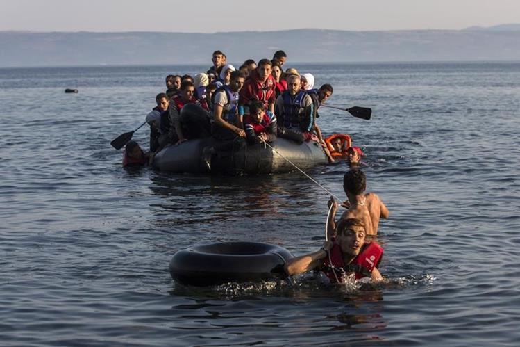 Una embarcación frágil, cargada de migrantes de Oriente Medio, llega a las costas de Grecia. (AFP)
