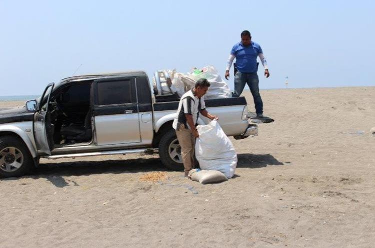 Empleados municipales retiran costales con basura de la playa de Ocós, San Marcos. (Foto Prensa Libre: Whitmer Barrera)