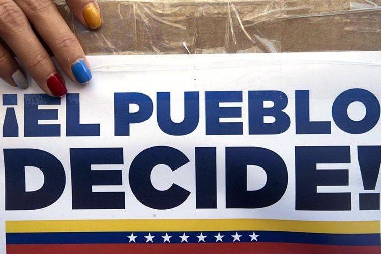 Más de 14 mil mesas están habilitadas para la consulta popular en Venezuela. Venezolanos en el extranjero votaron el sábado último. (Foto Prensa Libre: EFE)