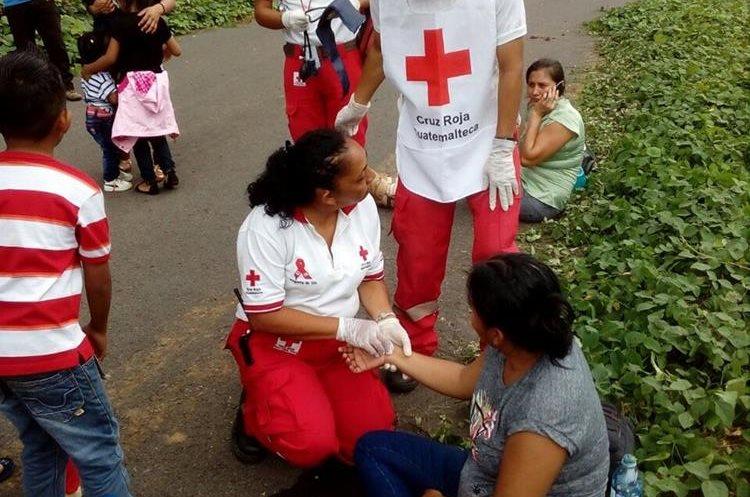 Algunos pasajeros recibieron atención en el lugar del percance. (Foto: Cruz Roja)