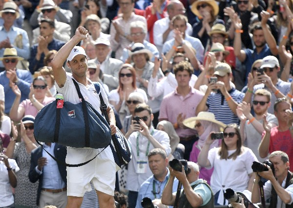 El estadounidense Sam Querrey, número 28 del mundo,   eliminó al actual campeón del Wimbledon. (Foto Prensa Libre: AFP).