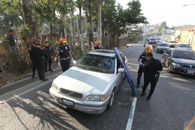 Un hombre murió y su hijo resultó con heridas de bala en la zona 13 capitalina. (Foto Prensa Libre: Erick Ávila)