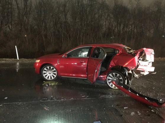Vehículo donde viajaba el jugador Edwin Jackson y el conductor de Uber, Jeffrey Monroe. (Foto Prensa Libre: Policía del estado de Indiana).