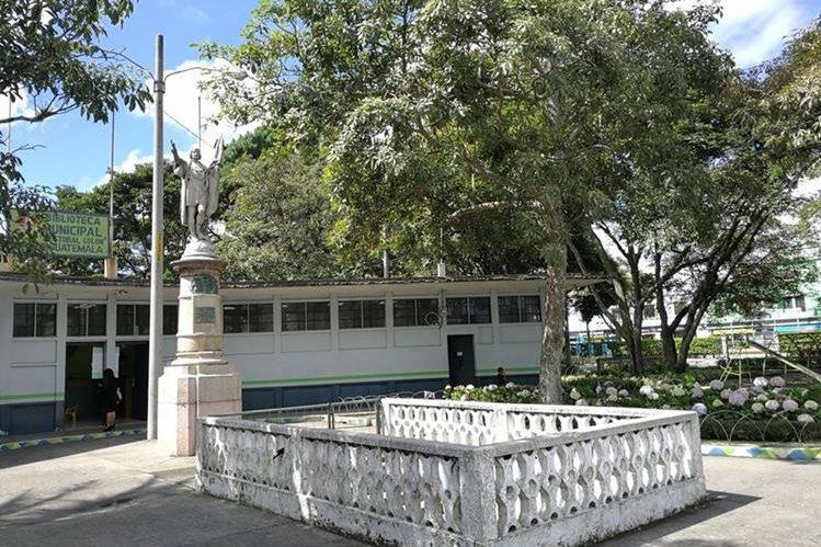 La biblioteca inaugurada durante la gestión de Juan José Arévalo Bermejo, continúa en uso. (Foto Prensa Libre: José Luis Escobar).