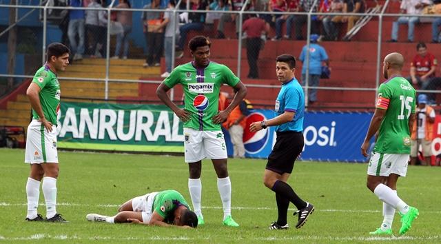 Momento de la lesión de Alejandro Galindo en El Trébol. (Foto Prensa Libre: Edwin Fajardo)