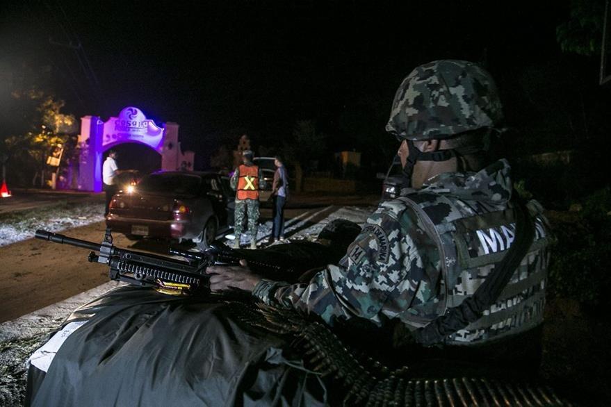 """Integrantes de la Marina armada mexicana inspeccionan vehículos en búsqueda del narcotraficante Joaquín """"El Chapo"""" Guzmán. (Foto Prensa Libre: EFE)."""