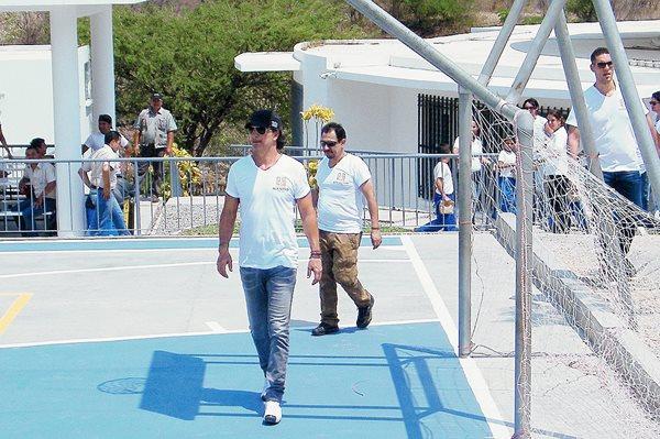 Arjona durante su visita ayer a la escuela Adentro de la aldea Ixcanal, en San Agustín Acasaguastlán. (Foto Prensa Libre: Hemeroteca PL)