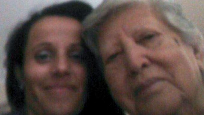 En internet circulan varias imágenes de la abuela junto a su nieta, hace 39 años. (Foto tomada del sitio: gacetamercantil.com).