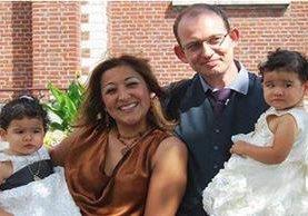 Adelma Tapia Ruiz, acompañada de su esposo y sus dos gemelas de cuatro años.