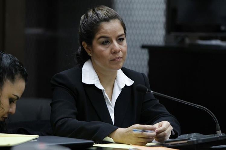 Claudia Méndez, exintendete de aduanas, se encuentra desde el lunes en una carceleta en la Torre de Tribunales. (Foto Prensa Libre: P. Raquec)